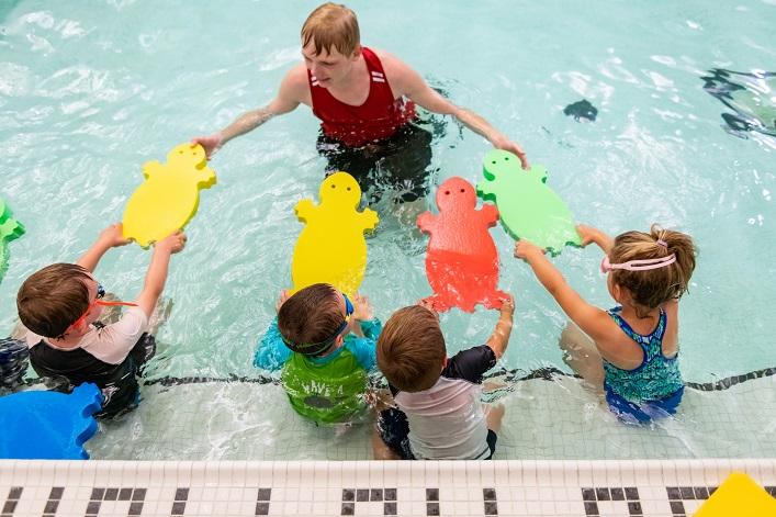 Town of Huntsville aquatic leader with kids (Town of Huntsville)