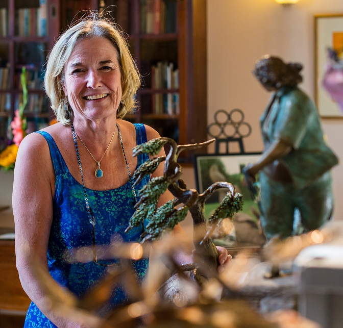 Brenda Wainman Goulet with some of her sculptures (Image: artistsofthelimberlost.ca)