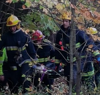 Firefighters carry a stretcher holding one of the occupants of a vehicle that went off the side of Lions Lookout (Photo: Tamara de la Vega)