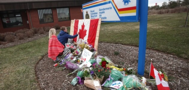 A memorial at the RCMP detachment in Enfield NS (Tim Krochak/Getty Images)