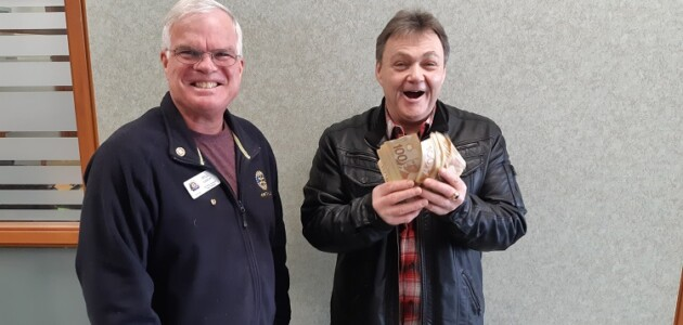 Rotary Bingo grand prize winner Rick Mooney (right) with Rotarian Will Gibson in January 2020 (supplied)